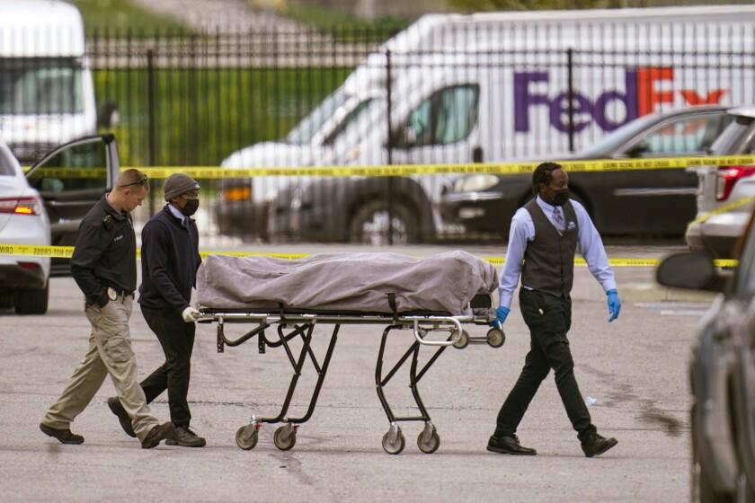Un cadáver es sacado del sitio donde varias personas fueron baleadas fatalmente