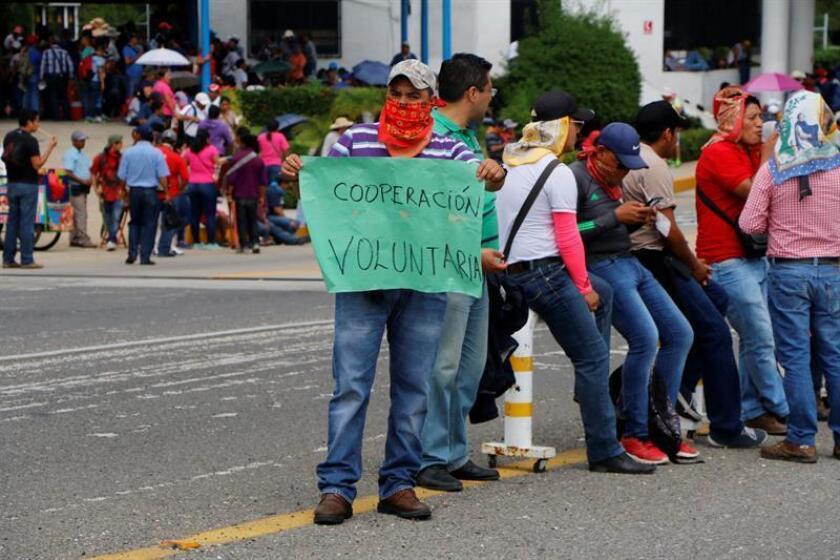 Un grupo de maestros bloquea una caseta de cobro. Un millar de maestros indígenas fueron desalojados por la Policía mexicana tras bloquear la carretera de San Cristóbal de las Casas a Tuxtla Gutiérrez, en el estado de Chiapas (sureste), informaron fuentes sindicales. EFE/Archivo