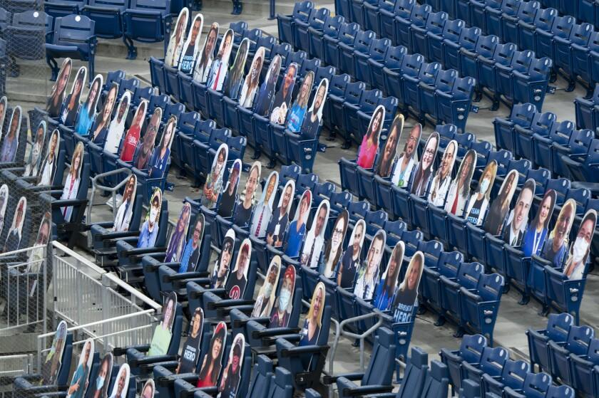 ARCHIVO - La foto del 24 de julio de 2020 muestra las siluetas recortadas de varios fanáticos, antes de un juego entre los Marlins de Miami y los Filis de Filadelfia (AP Foto/Chris Szagola)