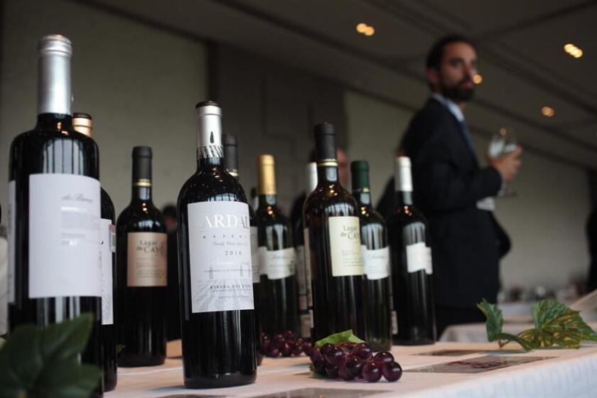 """Fotografía de botellas de vino en la """"XI Exposición de Vinos de España"""" hoy, martes 21 de febrero de 2017, en Ciudad de México (México). EFE"""