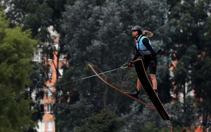En la imagen, la peruana María Alejandra De Osma, medalla de oro en la prueba general del esquí náutico de los IV Juegos Suramericanos de Playa. EFE/Archivo