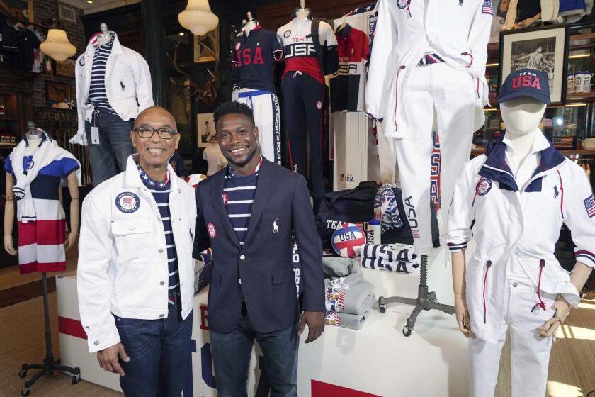 Los medallistas olímpicos en esgrima Peter Westbrook, a la izquierda, y Daryl Homer modelan los uniformes
