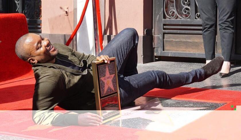 """El director afroamericano Lee Daniels recibió hoy su estrella en el Paseo de la Fama de Hollywood, un logro que catalogó como """"más que surrealista"""" y que dedicó a su madre, Clara Watson, de 90 años. EFE"""