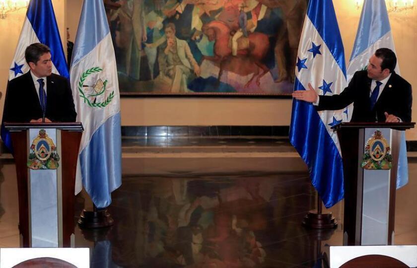 Fotografía tomada el pasado 5 de noviembre en la que se registró al presidente de Honduras, Juan Orlando Hernández (i), y a su homólogo guatemalteco, Jimmy Morales (d), en Tegucigalpa (Honduras). EFE/Archivo