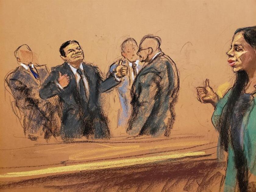 """Reproducción fotográfica de un dibujo realizado por la artista Jane Rosenberg donde aparece el narcotraficante mexicano Joaquín """"el Chapo"""" Guzmán (2-i) saludando a su esposa Emma Coronel (d), mientras es escoltado tras oír el veredicto en su contra en el tribunal federal de Brooklyn para el distrito este de Nueva York (EE.UU.). EFE"""