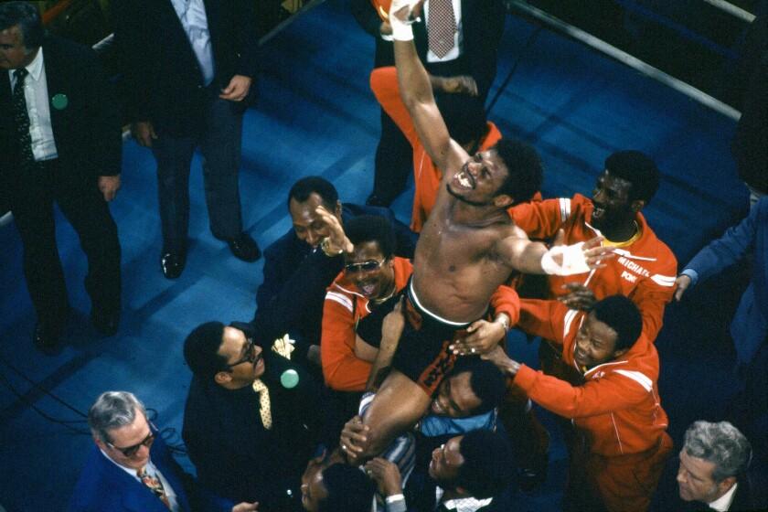 En esta foto del 15 de febrero de 1978, Leon Spinks celebras tras vencer a Muhammad Ali