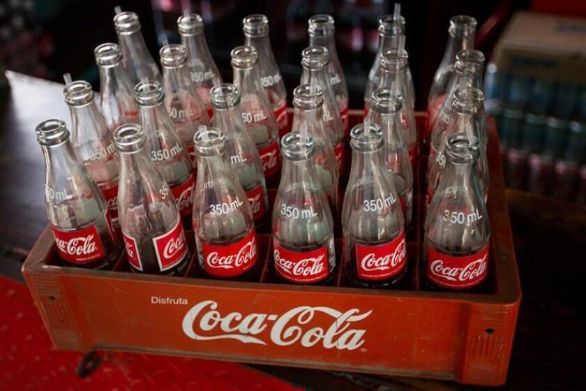 El grupo Coca-Cola anunció hoy que cerró 2017 con unos beneficios netos de 1.248 millones de dólares, mucho menores que en 2016 pero con el ejercicio marcado por los ajustes fiscales que hizo en el cuarto trimestre del año. EFE/Archivo