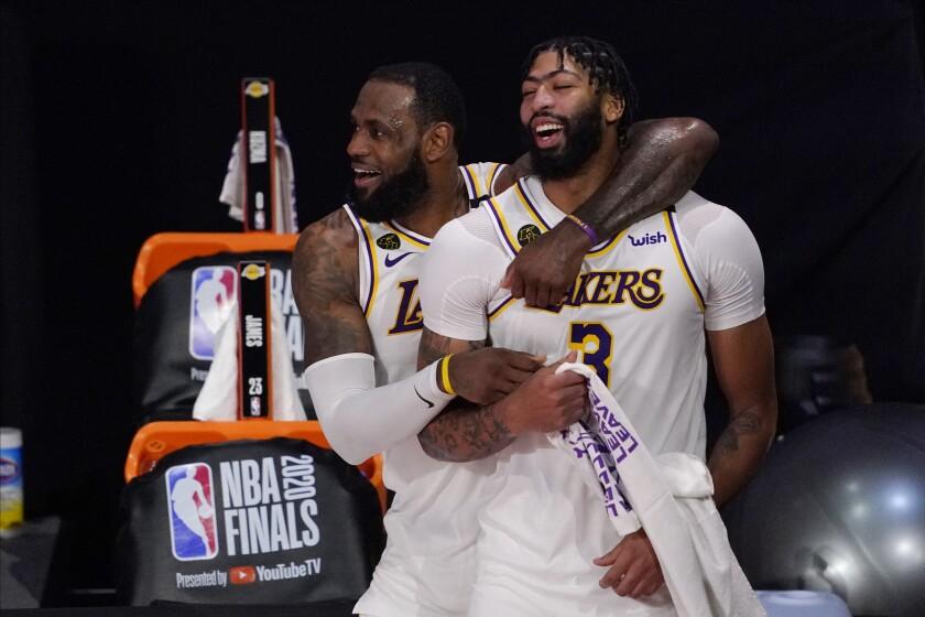 LeBron James (23) y Anthony Davis (3) celebran tras la victoria de los Lakers de Los Ángeles ante el Heat de Miami