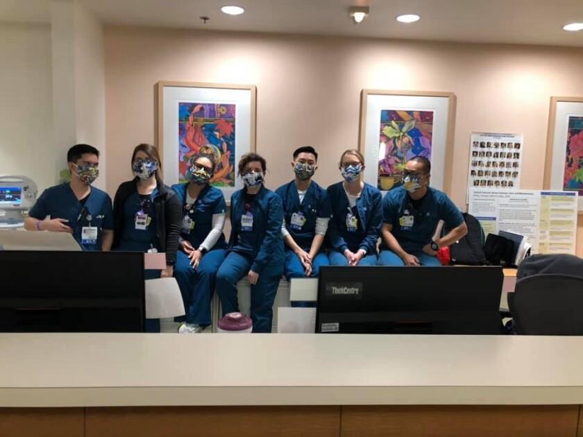 El equipo de un hospital del sur de California recibe los cubrebocas.