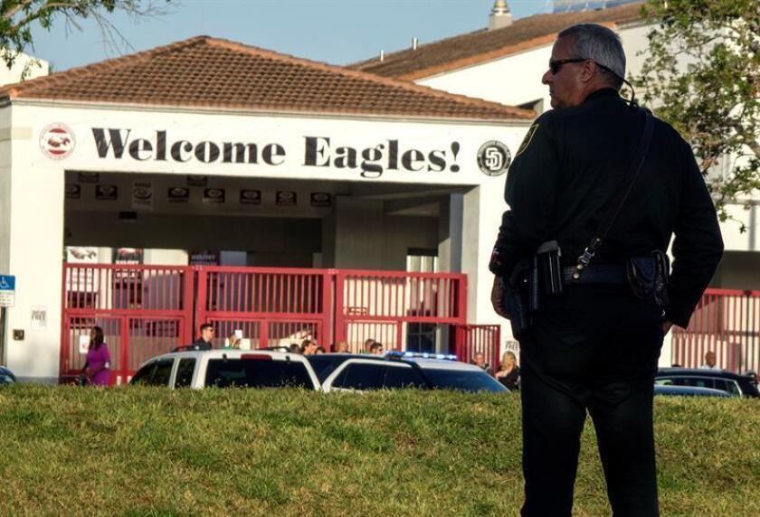 Un policía hace guardia mientras padres y estudiantes llegan a la escuela Marjory Stoneman Douglas en Parkland, estado de Florida (Estados Unidos). EFE/Archivo
