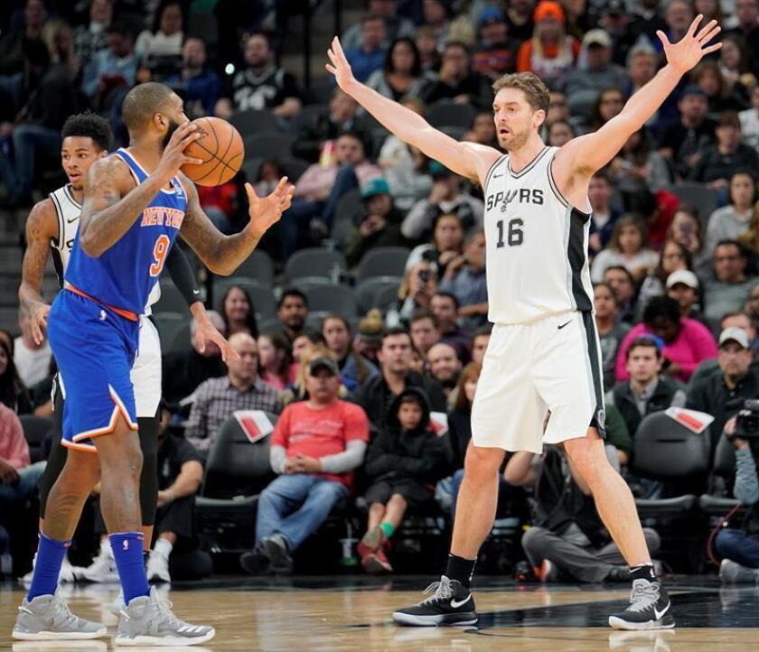 El jugador de los San Antonio Spurs Pau Gasol (d) y Kyle O'Quinn de los New York Knicks en acción durante un partido de baloncesto de la NBA, entre los New York Knicks y los San Antonio Spurs, en San Antonio (EE.UU.). EFE