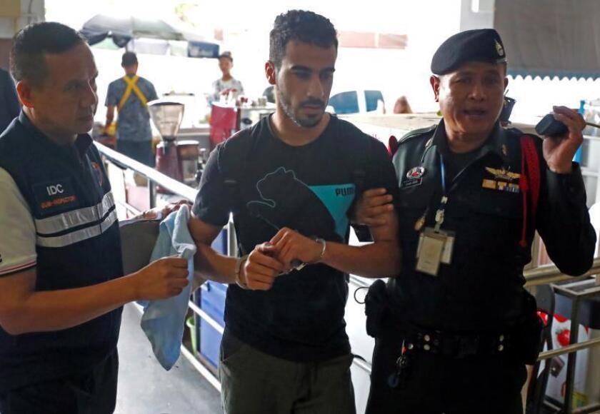 El jugador de fútbol bahreiní con estatus de refugiado australiano Hakeem Al-Araibi (c) es escoltado al Tribunal Penal de Bangkok (Tailandia). EFE