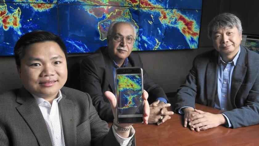 De izq. a der.: Phu Nguyen, Soroosh Sorooshian y Kuo-lin Hsu, de UC Irvine, presentan la aplicación móvil iRain (UC Irvine).