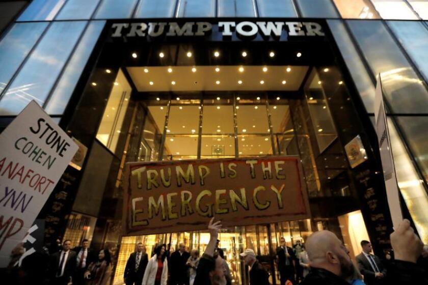 Personas con pancartas se manifiestan en las afueras de la Torre Trump en Nueva York, Nueva York (EE. UU.). EFE/ Peter Foley/Archivo
