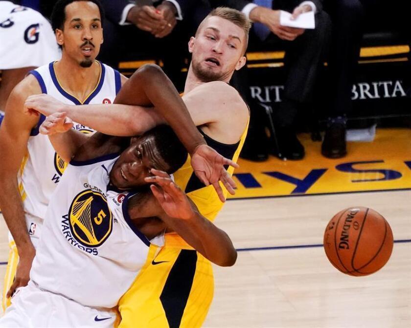 El jugador Kevon Looney (i) de Golden State Warriors en acción ante Domantas Sabonis (d) de Indiana Pacers, durante un juego entre Indiana Pacers y Golden State Warriors de la NBA, en el Oracle Arena, en Oakland, California (Estados Unidos). EFE