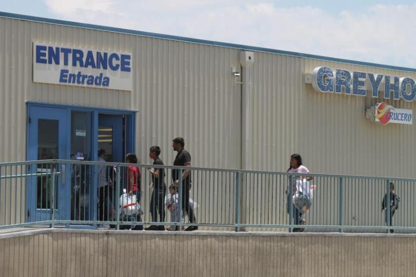Varias personas con sus niños ingresan en la estación de autobuses de la compañía Greyhound en Tucson, Arizona. EFE/Paula Díaz/Archivo