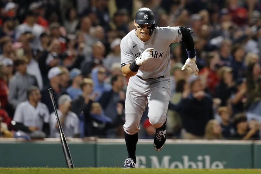 Aaron Judge, de los Yanquis de Nueva York, corre a la primera base después de pegar un doblete de dos carreras en el octavo inning del partido ante los Medias Rojas, el domingo 26 de septiembre de 2021, en Boston. (AP Foto/Michael Dwyer)
