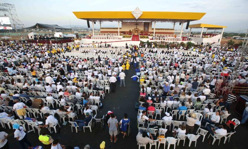 Fieles aguardan la llegada del papa Francisco en el parque Samanes de Guayaquil, Ecuador, para una misa campal, el lunes 6 de julio de 2015.
