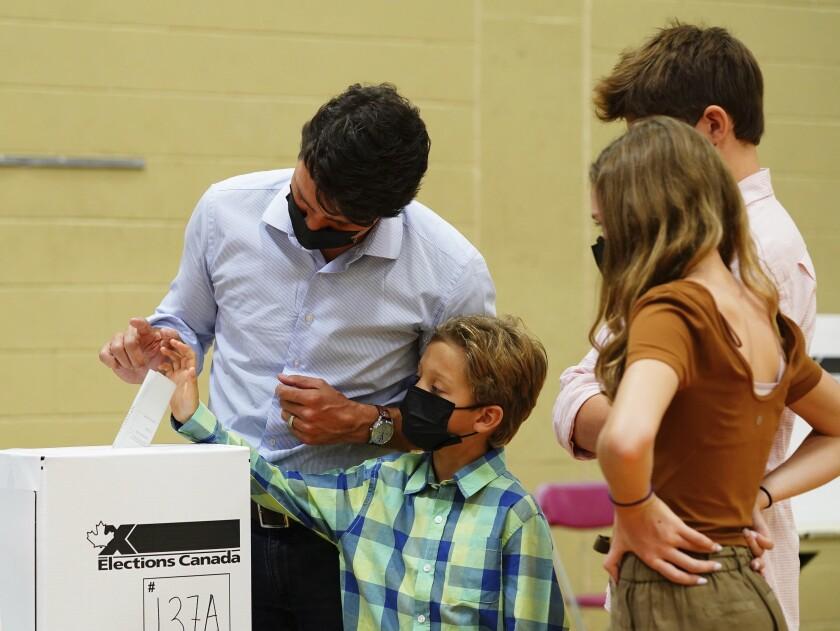 El primer ministro de Canadá Justin Trudeau vota en las elecciones federales acompañado por sus hijos,