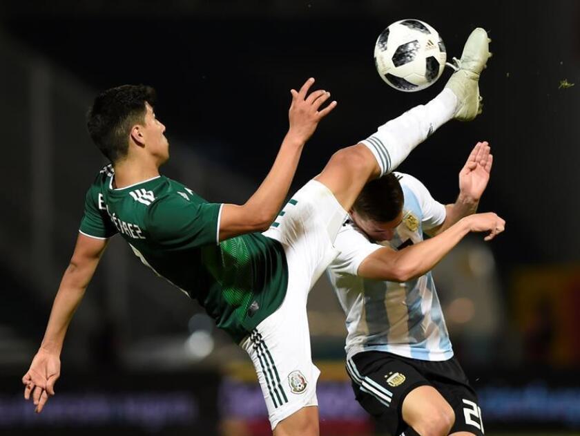 Paulo Dybala (d) de Argentina disputa un balón con Erick Gutiérrez de México hoy, durante un partido amistoso entre Argentina y México, en el estadio Mario Alberto Kempes de la Ciudad de Cordoba (Argentina). EFE