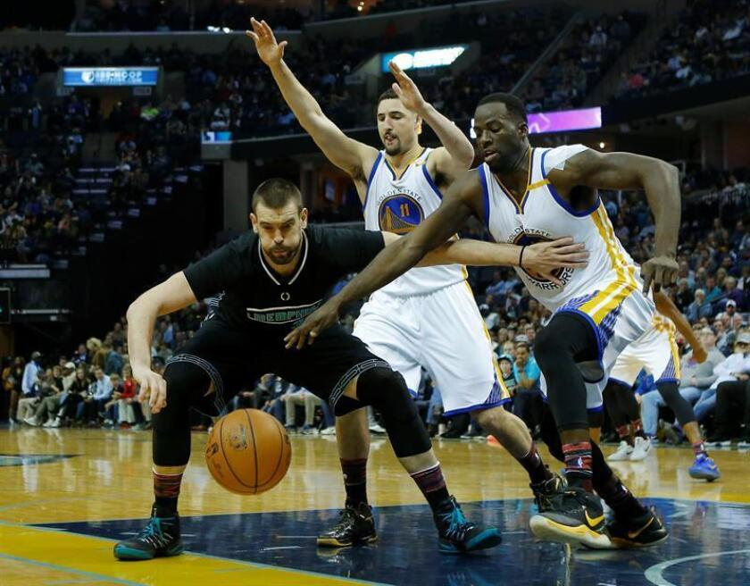 Marc Gasol (i) de Grizzlies disputa el balón con Klay Thompson (c) y Draymond Green (d) este viernes 10 de febrero de 2017, durante un partido por la NBA entre Warriors y Grizzlies, en el FedExForum de Memphis, Tennessee (EE.UU.). EFE