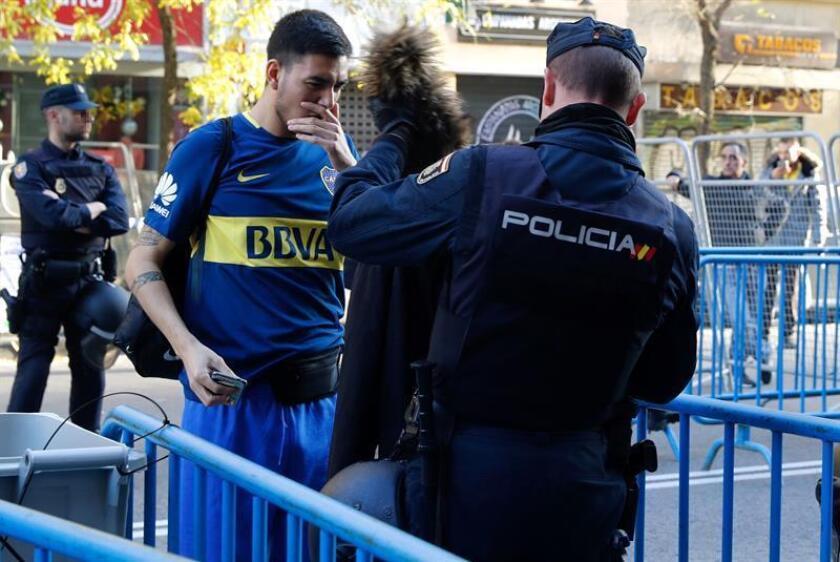 Fuerzas de la Unidad de Intervención de Policía Nacional realizan registros en los accesos al Estadio Santiago Bernabéu junto a la calle Raimundo Fernández Villaverde en Madrid. EFE