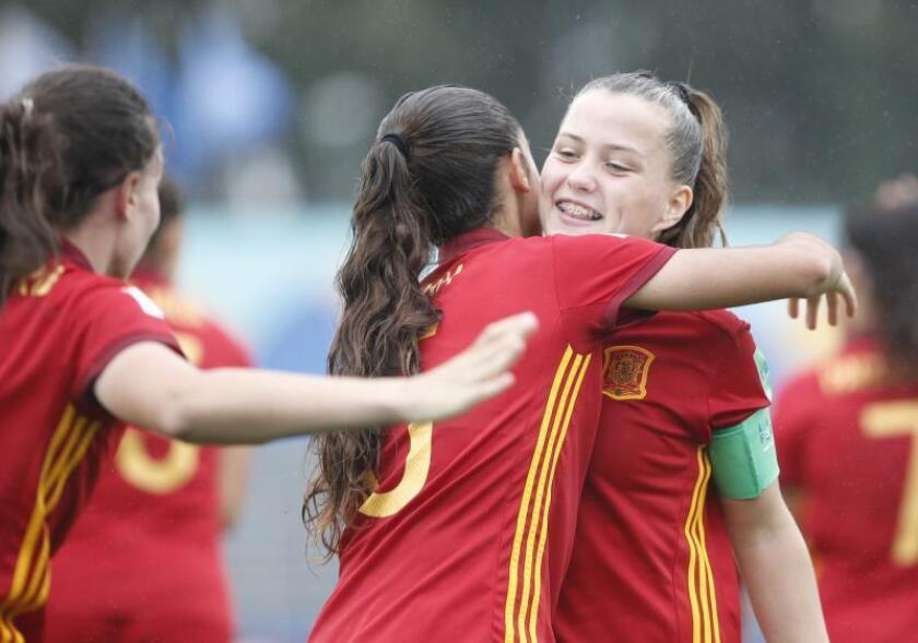 Claudia Pina (d) de España celebra un gol ante Nueva Zelanda, en un partido de las semifinales de la Copa Mundial Femenina Sub-17 en el estadio Charrúa en Montevideo (Uruguay). EFE