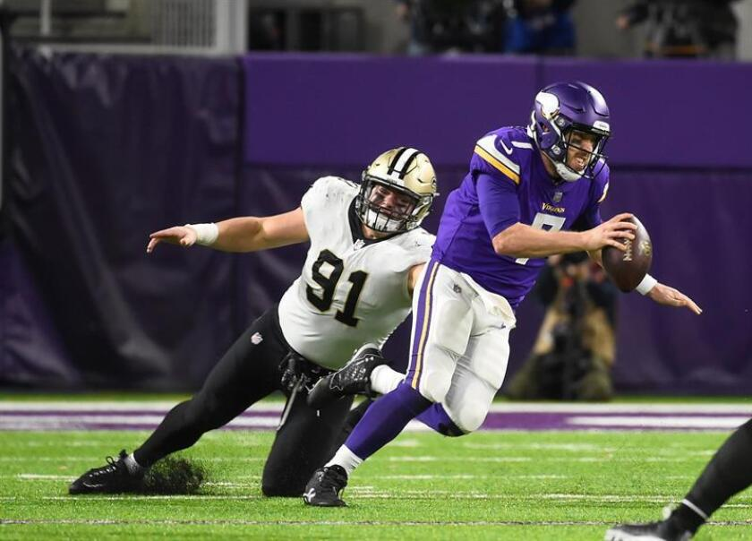 Minnesota Vikings quarterback Case Keenum (R) scrambles past New Orleans Saints defensive end Trey Hendrickson (L) in the fourth quarter of the NFC Divisional Playoffs at US Bank Stadium in Minneapolis, MN., USA. EFE