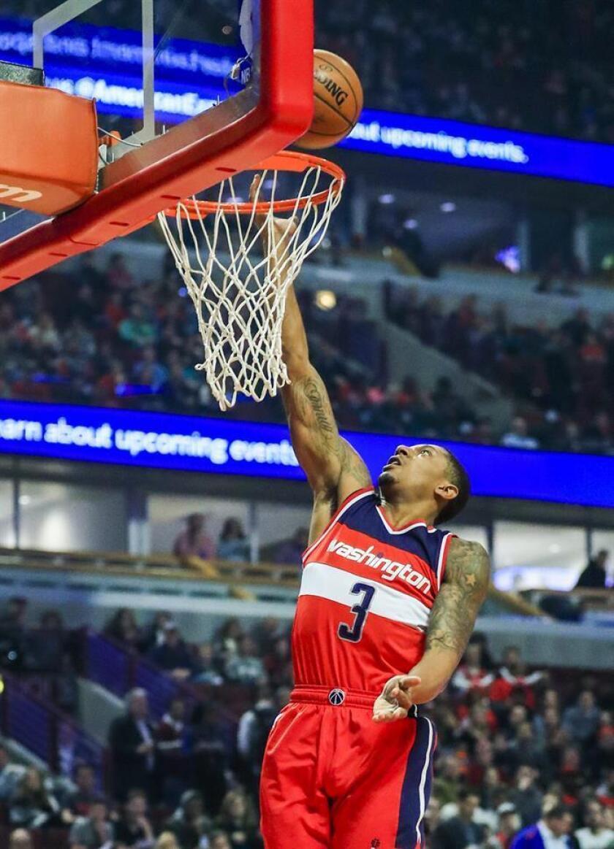 Bradley Beal de Washington Wizards salta para encestar durante un juego de la NBA. EFE/Archivo