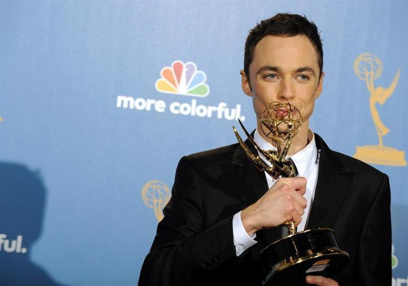 """El actor estadounidense Jim Parson besa su premio de actor líder sobresaliente en series comedia por su papel en """"The Big Bang Theory"""" hoy, domingo 29 de agosto de 2010, durante la 62 edición de entrega de los premios Emmy en el Nokia Theatre de Los Ángeles, California (EE.UU.). EFE/Archivo"""