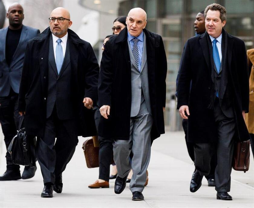 """Los abogados defensores de Joaquín """"El Chapo"""" Guzmán, Ángel Eduardo Balarezo (i), William Purpura (2-i) y Jeffrey Lichtman (3-i), salen de la Corte Federal de los Estados Unidos después de otro día de deliberación del jurado en el caso contra Guzmán, este jueves en Brooklyn, Nueva York (EE. UU.). EFE"""