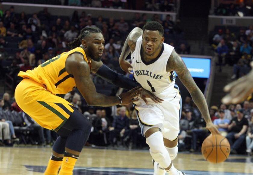 Jae Crowder (i) de Utah Jazz disputa el balón con Jarell Martin (d) de Memphis Grizzlies durante un juego de la NBA hoy, viernes 9 de marzo de 2018, en el FedEx Forum de Memphis, Tennessee (EE.UU.). EFE
