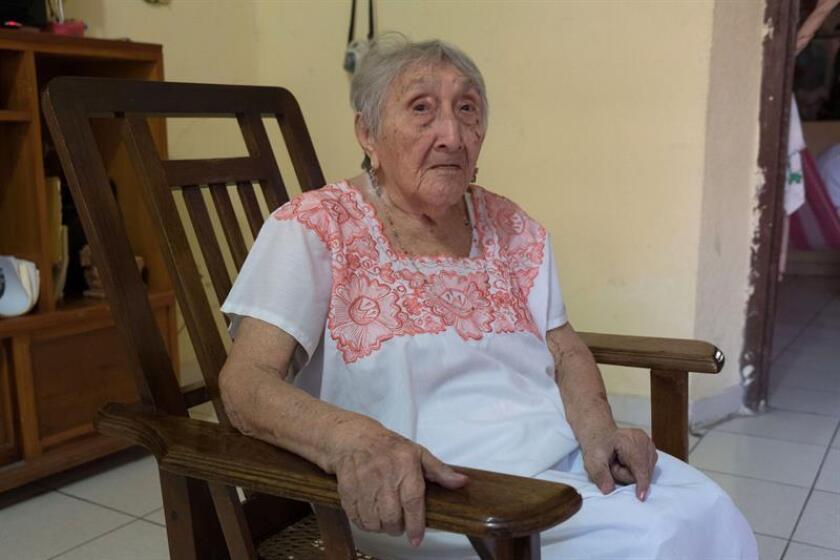 Cristina Perera Chuc posa para una fotografía, este miércoles 7 de marzo de 2018, durante una entrevista con Efe en el barrio de San Sebastián, uno de los más tradicionales del centro de Mérida, capital del estado de Yucatán (México). EFE