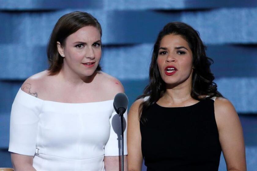 """""""Sabemos lo que estáis pensando, ¿por qué ha de importar lo que algunos famosos de la televisión tengan que decir acerca de la política?"""", dijo Dunham en el segundo día del cónclave, acompañada por la actriz de origen hondureño America Ferrera."""
