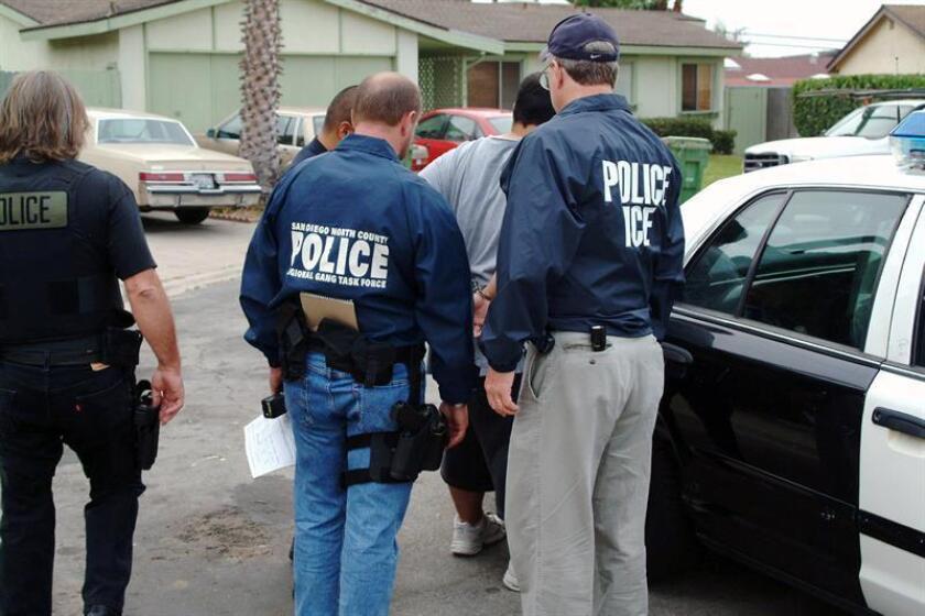 Un líder de la pandilla Mafia Mexicana, que opera en las cárceles, fue acusado este lunes con otros tres pandilleros por ordenar el asesinato de otro pandillero, el cual sobrevivió tras recibir ocho disparos en una ciudad del sur de California, informó la Fiscalía. EFE/ARCHIVO