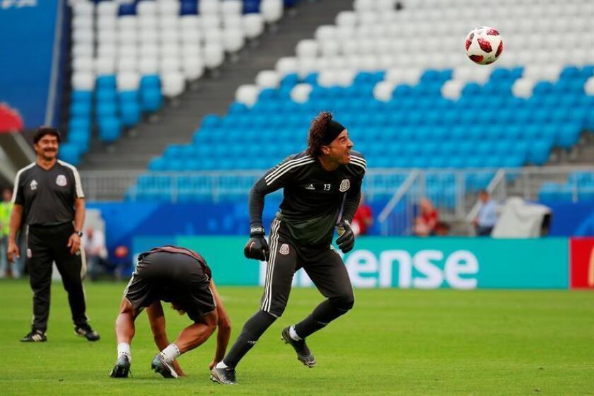 Jonathan Dos Santos (i) y Guillermo Ochoa (d), de México, durante un entrenamiento de la Selección de México. EFE/Archivo