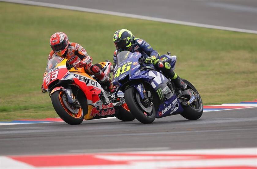 El piloto italiano de MotoGP Valentino Rossi (d), y el español Marc Márquez (i), del equipo Repsol Honda Team, en la última curva del circuito en el Gran Premio de Argentina de Motociclismo. EFE
