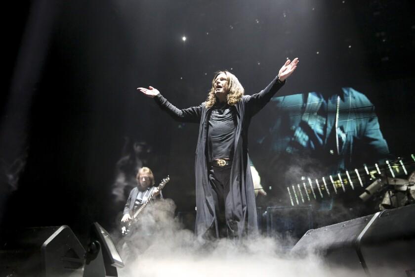 Ozzy Osbourne al frente de Black Sabbath, la legendaria agrupación rockera que ofreció un concierto en el Forum de L.A. como parte de su gira de despedida.