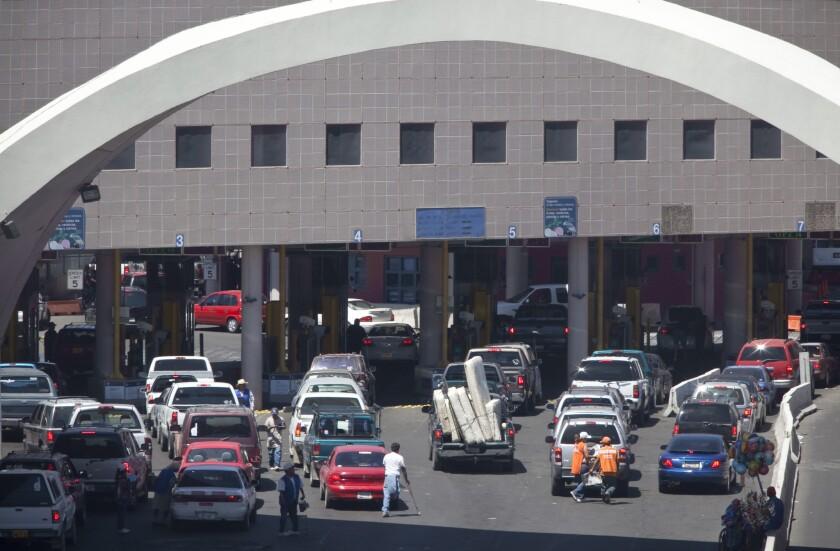 En esta fotografía de archivo del 1 de junio de 2009, numerosos vehículos que aguardan para cruzar el Puerto de Ingreso Dennis DeConcini en el centro de Nogales, Arizona. Las autoridades temen que un túnel de desagüe ubicado debajo de ese cruce fronterizo entre Estados Unidos y México pudiera derrumbarse y con ello ocasionar que caigan en el lugar vehículos o que se tenga que cerrar el paso en Nogales, Arizona. (Mark Henle/The Arizona Republic vía AP, Archvo)