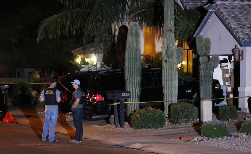Autoridades se encontraban frente a la casa en Phoenix donde se encontraron cinco cuerpos sin vida.
