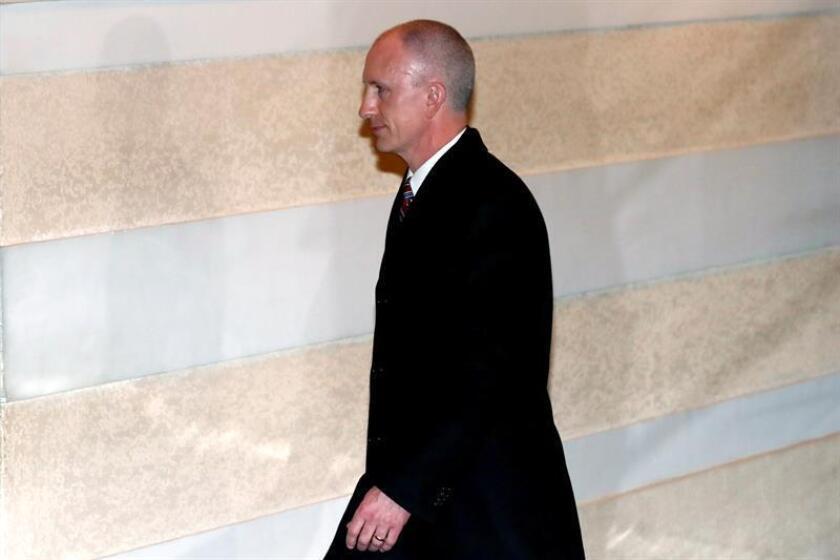 El representante de Comercio de los Estados Unidos, Jeffrey Gerrish, camina con otros delegados mientras abandona el Hotel Westin este martes en Pekín (China). Una delegación de los Estados Unidos acudió a Pekín el 11 de febrero de 2019 para llevar a cabo conversaciones comerciales bilaterales con China. EFE/Archivo
