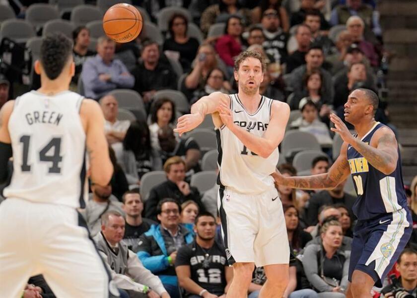 Pau Gasol (c) y Danny Green (i) de San Antonio Spurs en acción ante Darrell Arthur (d) de Denver Nuggets este martes 30 de enero de 2018, durante un partido de la NBA entre San Antonio Spurs y Denver Nuggets, en San Antonio, Texas (EE.UU.). EFE