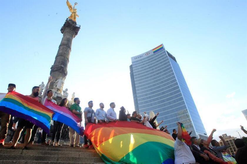 Decenas de personas protestan el viernes 23 de junio de 2017, en el Ángel de la Independencia en Ciudad de México, durante una manifestación de organizaciones del colectivo Lésbico, Gay, Bisexual y Transexual (LGBT) en la que exigieron justicia por los muertos y desaparecidos de su comunidad en el país. EFE/Archivo