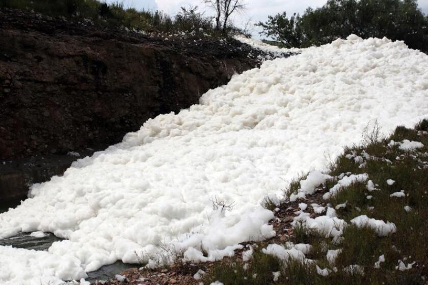 Vista general de uno de los ríos donde una persona murió tras adentrarse en una espuma tóxica que ha surgido en los últimos días en un río y en la presa Valsequillo, en el céntrico estado mexicano de Puebla, un extraño suceso que está siendo evaluado por las autoridades, según reportan medios locales. EFE/Hilda Rios