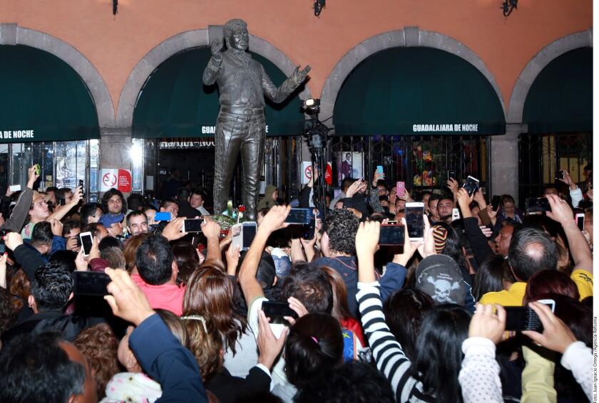 "Fans de Juan Gabriel cantaron la noche de ayer temas como ""Querida"" o ""Amor Eterno"", en honor al fallecido cantante."