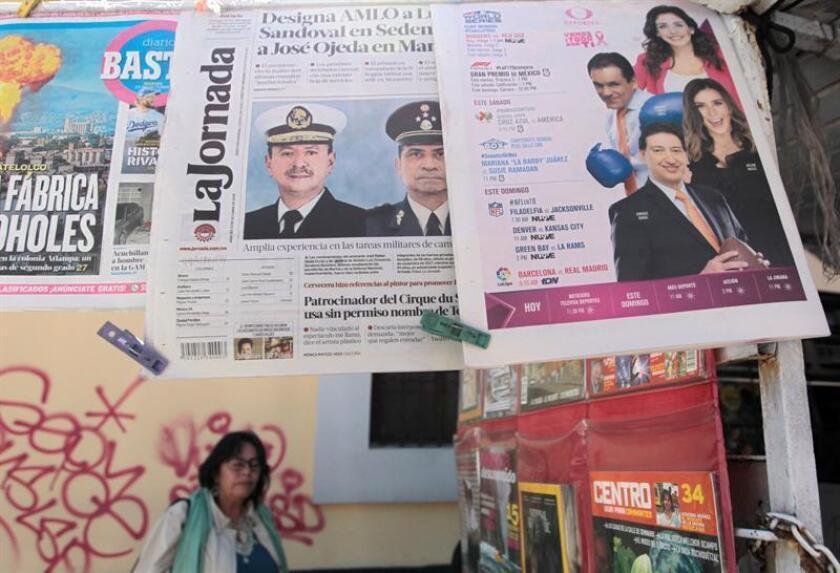 Fotografía hoy, martes 23 de octubre de 2018, de un expendedor de periódicos en Ciudad de México (México). EFE