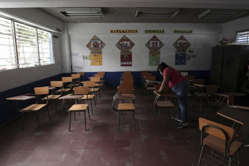 Una empleada desinfecta pupitres en el Centro Escolar Walter Thilo Deininger