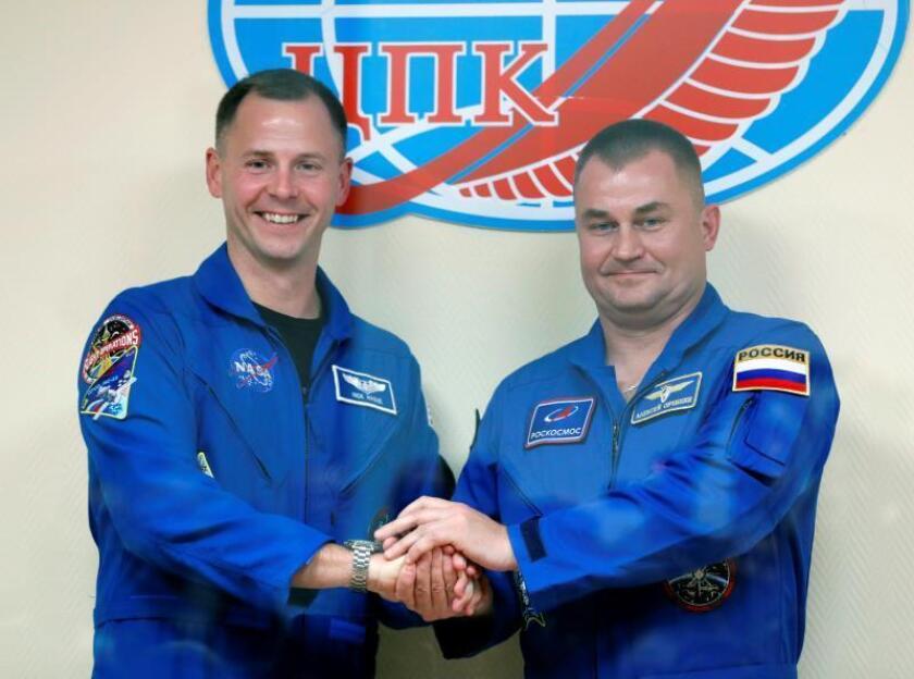 El astronauta estadounidense Nick Hague (i) y el cosmonauta ruso Alexei Ovchinin (d), ambos compañeros de tripulación de la expedición 57-58, posan durante una rueda de prensa en la plataforma de lanzamiento en el cosmódromo ruso Baikonur, Kazajistán, el 10 de octubre de 2018. EFE