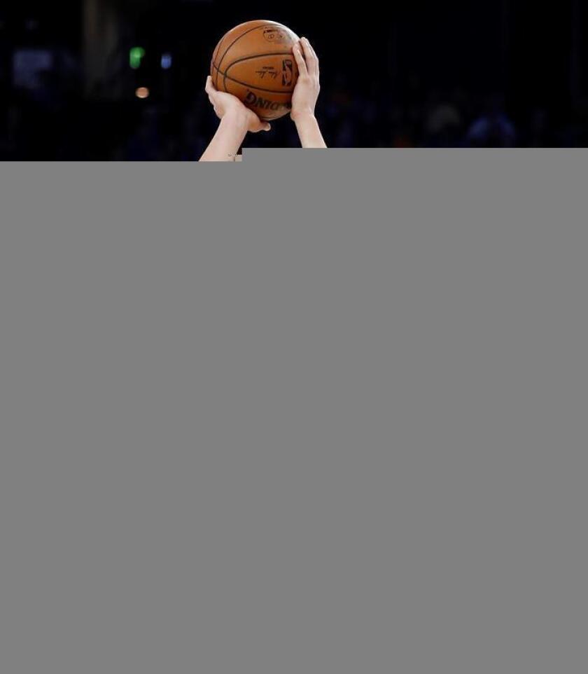 El jugador Klay Thompson (izq), de los Warriors de Golden State, durante un partido de la NBA. EFE/Archivo