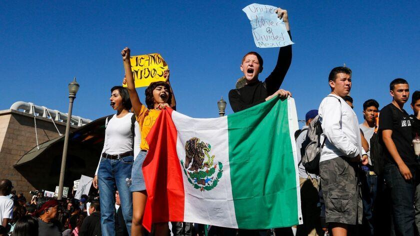 Estudiantes de origen mexicano protesrtan en Los Ángeles contra Donald Trump.